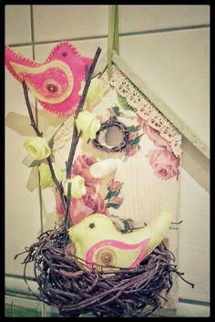 Domek dla ptaszkow z gniazdkiem. Dekoracja wielkanocna