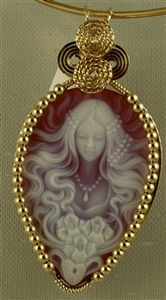 Cameo of lady with flowing hair Cameo Jewelry, Metal Jewelry, Antique Jewelry, Vintage Jewelry, Jewelry Design, Wire Wrapped Pendant, Wire Wrapped Jewelry, Jewelry Crafts, Jewelery