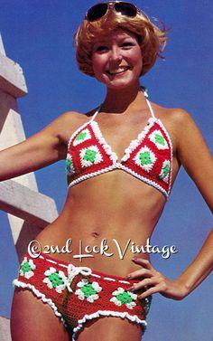 Eine tolle Bikini häkeln von den Schwingen der 1970er Jahre... Diese Umb Badeanzug ist in Oma-Plätze in 3 Farben gearbeitet. Der Badeanzug-Boden ist Hüft-Hugger-Stil mit einem Kordelzug Die obere Dreieck Form BH-Bande um den Hals, wie einem Halfter... Mit einem flirty, gehäkelten Rüschen Rand... süß und sexy!  Richtungen gehören Größen Small, Medium und Large... Büste von Größen: 30- 32-34- 36 Hip-Hop-Größen: 32- 34-36- 38 Häkeln Sie, diese sexy Lil Zahl in ein Kammgarn mit Größen F und…