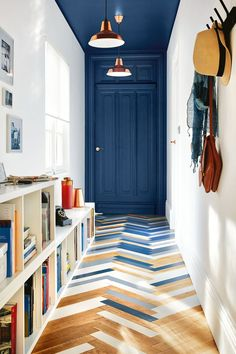 Un couloir allongé par la couleur au plafond