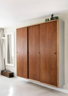 Kom indenfor hos Tal R og Emma Rosenzweig - se boligen her Home Furniture, Furniture Design, Bed Frame With Storage, Hygge Home, Relax, House Entrance, Cabinet Design, Interior Design Inspiration, Home Living Room