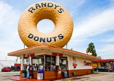 Where to find the best donuts in Los Angeles, including classic glazed pastries, savory doughnuts, and vegan and gluten-free versions of the dessert. Drive In, California Food, Southern California, California Travel, Big Donuts, Doughnuts, Randys Donuts, Interesting Buildings, Donut Shop