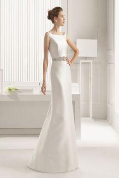 Robe de mariée courte et dos nu, coupe près du corps, style glamour ...