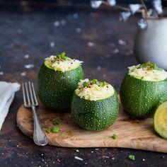 Diese kleinen, runden Zucchini bekommen eine ganz besonderer Füllung aus Reis mit Frühlingszwiebeln, Scamorza und Parmesan.