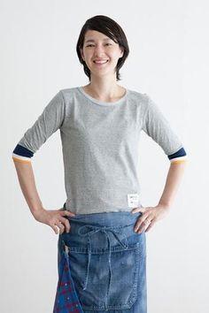 袖口の配色カラーがポイントになる天竺綿のTシャツです。毎日の普段着にも、エプロンとコーディネートしてもいいですね。