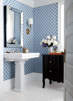 15 décors avec du papier peint: Celia d'Antonina Vella  Similar mirror for main floor bath
