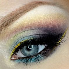 Colores múltiples en sombra de ojos.