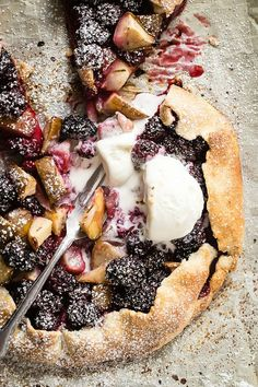 Fresh baked galette with juicy blackberries and diced pears, finished with a sprinkle of fresh rosemary - Foodness Gracious blackberry_pie_recipe, Tart Recipes, Sweet Recipes, Baking Recipes, Dessert Recipes, Dessert Ideas, Vegan Recipes, Dinner Recipes, Just Desserts, Delicious Desserts