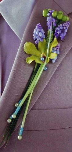 Boutonniere adapted to the bridal bouquet Flowers For Men, Prom Flowers, Bridal Flowers, Corsage And Boutonniere, Groom Boutonniere, Boutonnière Violet, Corsage Wedding, Wedding Bouquets, Purple Wedding