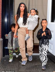 Kim Kardashian joins Kanye West and kids North, Saint and Chicago for lunch in NYC Family support: Kim Kardashian was spotted stepping out with her three eldest children for Kanye's Sunday Service in New York on Sunday morning Estilo Kardashian, Kim Kardashian Kanye West, Kim And Kanye, Kardashian Family, Kardashian Style, Kim Kardashian Children, Kardashian Jenner, Kylie Jenner, Jenner Kids