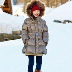 ANORAK: Voz esquimal. Especie de blusón con capucha, que sirve para proteger del frío. Es prenda utilizada especialmente por quienes practican deportes de invierno.
