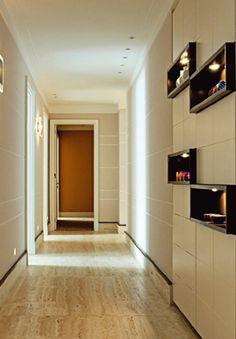 nichos na parede do corredor.
