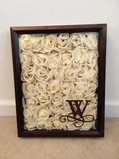 Rose Shadow Box mit Monogramm aus Vinyl von Cricut Tie the Knot Cartridge. Flower Shadow Box, Diy Shadow Box, Dried Flowers, Paper Flowers, Cut Flowers, Drying Roses, The Knot, Arts And Crafts, Diy Crafts