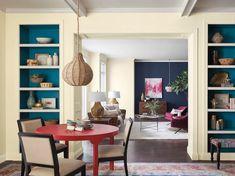 Wohnzimmer Mit Einem Roten Kleinen Tisch Und Mit Drei Braunen Stühlen, Ein  Zimmer Mit Einem