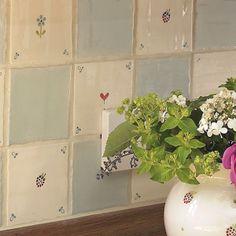 os azulejos rústicos e simples. Shaker Kitchen, Kitchen Tiles, Cottage Kitchens, Cottage Farmhouse, Susie Watson, Patchwork Tiles, Blue Tiles, Country Kitchen, Cottage Style