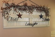 Charming Shutter Wall Art Decoration - All About Decoration Primitive Homes, Primitive Bathrooms, Primitive Crafts, Country Primitive, Primitive Decorations, Old Wooden Shutters, Diy Shutters, Primitive Shutters, Repurposed Shutters