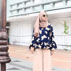 Hijab fashion look Islamic Fashion, Muslim Fashion, Fashion Wear, Modest Fashion, Girl Fashion, Fashion Outfits, Tokyo Street Fashion, Street Hijab Fashion, Hijab Style