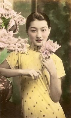 """softfilm:"""" Yuan Meiyun 袁美雲She was the star of Girl in Disguise (1936), a huge box office hit that spawned three sequels. One of Chinese cinema's earliest gender-benders, it epitomized the """"soft films"""" of 1930s Shanghai that were despised by... Disneyland Sign, Disneyland Photos, Vintage Disneyland, Disneyland Birthday, Shanghai Girls, Old Shanghai, Vintage Images, Vintage Signs, Vintage Posters"""