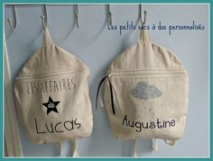 Voici les petits sacs que j'ai décorés pour les enfants que je garde pour qu'ils puissent y transporter leur doudou et leur repas. Pas de confusion possible, ils sont personnalisés avec leur prénom !