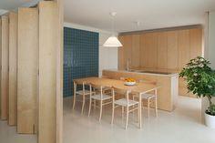 дневник дизайнера: Мебель из фанеры в минималистичном интерьере квартиры в Порту, Португалия