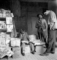 Banca de jornal no centro de São Paulo, c. 1953 Alice Brill