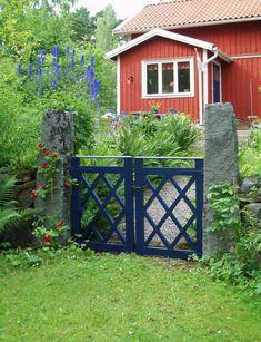 1. Kryssgrind – Lysande blåDenna vackert koboltblå grind flirtar med blå toner i både entrédörren och trädgårdens blommor. Blå dörrar, portar eller grindar sägs i den grekiska kulturen hålla onda andar borta. Här säger man att knott skyr blått. Men det är också havets färg, vanligt förekommande nära kusten. Grindens konstruktion är stabil med kryssen staplade på varandra. På sidorna ståtar höga granitstolpar.