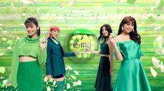 UHA味覚糖の「e-maのど飴」のCMキャラクターに、 11人体制となった新生E-girlsが起用され、各フレーバーをイメージした部屋の中をカメラがどんどんズームしていく「e-maのど飴 e-ZOOM」篇(15秒)が9月30日(土)より全国でオンエア開始された。 猛スピードでE-girlsに迫るカメラ!メンバーよりもスタッフがヒヤリ!?各部屋をカメラがどんどん抜けていく演出となっている今回のCM。 クレーンの先端にカメラがついた特殊機材を使用し、実際にカメラがE-girlsの横を突き抜けるという手法で撮影をしています。大きなカメラが、数十メートル先から猛スピードで自分めがけて突っ込んでくるのは、きっと怖いはず。スタッフもそれを予想して、安全面も考慮しながらテストを入念に重ねていましたが・・・ 現場に入ったE-girlsのみなさんは、カメラの動きに驚きながらも、怖がることなく笑顔で撮影を開始! 持ち前の運動神経で、カメラにぶつからないギリギリでのところでポージングするメンバーに、スタッフの方がヒヤっとする場面も。…