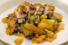 Jeroen maakt vandaag een lekkere polderkip klaar die op de oude manier gekweekt wordt. Deze kippen scharrelen vrij rond en mogen gemiddeld drie keer zo lang groeien als een traditioneel gekweekte kip. Op koopeenkip.be kun je met meerdere mensen een lot kopen. Pas wanneer de teller op 100% staat, worden de kippen verdeeld.Als groenten geeft hij er oesterzwammen en schorseneren bij. Hij werkt het geheel af met een Cross & Blackwellsaus. Dit gerecht vraagt een beetje tijd, maar het is bijzo...