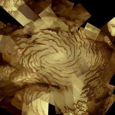 Manto de hielo del polo norte de Marte, presentado como un mosaico de 57 imágenes separadas de la Cámara Stereo de Alta Resolución a bordo de Mars Express de la Agencia Espacial Europea. El manto se extiende por aproximadamente 1000 km. Las fotos fueron tomadas desde 300 a 500 km de altura. El 2 de Junio se celebró el 10 aniversario del lanzamiento de la misión Mars Express.