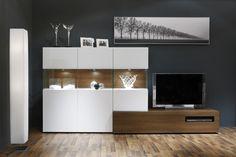 COMPOSICIÓN 11  Composición modular de líneas modernas en la que destacan las vitrinas expositoras con luz, perfectas para dar luz de ambiente o resaltar objetos decorativos, en color Blanco lacado mate y Cerezo-Picasso de 300 cm de largo.