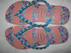 * Havaianas Slim com bordado em strass na sola e nas tiras. <br> <br>* Este modelo acompanha embalagem em tnt com visor transparente para você presentear. <br> <br>* Grade: <br>33/34 <br>35/36 <br>37/38 <br>39/40 <br> <br>* Fazemos também este mesmo modelo em outras cores de havaianas slim, havaianas top ou havaianas high fashion (salto alto).