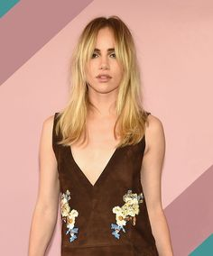 It's time to get to know actress, designer and style star Suki Waterhouse—and not just because she might be dating Robert Pattinson Hair And Makeup Tips, Hair Makeup, Hair Inspo, Hair Inspiration, Hairstyles With Bangs, Cool Hairstyles, Uk Actors, Cowlick, Curtain Bangs