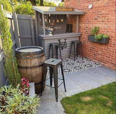 Outdoor Garden Bar, Outdoor Tiki Bar, Backyard Bar, Backyard Landscaping, Diy Garden Bar, Outdoor Pallet Bar, Outdoor Patio Bar Sets, Outdoor Bars, Small Garden Bar Ideas