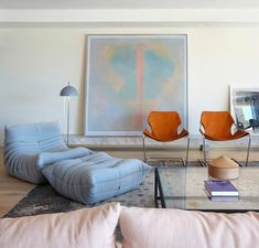 1-chauffeuse-pas-cher-bleu-clair-pour-le-salon-moderne-avec-tapis-gris-et-peintre-murale-art-moderne.jpg (700×669)