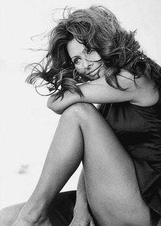 Sophia Loren, fue educada por su madre en Pozzuoli, un pequeño pueblo cerca de Nápoles.