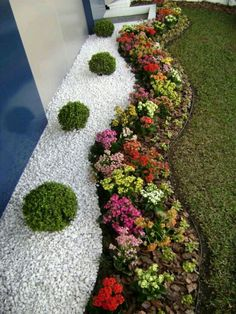 Beautiful small front yard landscaping ideas low maintenance - You may have many reasons in considering front yard landscaping ideas. But one thing for sure, your front yard has to show who you are. Gravel Landscaping, Small Front Yard Landscaping, Front Yard Design, Gravel Garden, Garden Edging, Landscaping With Rocks, Landscaping Ideas, Garden Shrubs, Backyard Ideas
