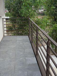 Horizontal metal fence design idea 33 - Home Decor Interior Horizontal Deck Railing, Metal Deck Railing, Patio Railing, Balcony Railing Design, Staircase Design, Metal Fence, Veranda Railing, Balustrade Balcon, Balcony Grill Design