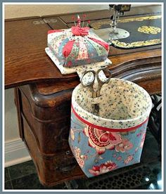 Sewing machine accessories pin cushions Ideas for 2019 Sewing Hacks, Sewing Tutorials, Sewing Patterns, Fabric Crafts, Sewing Crafts, Sewing Projects, Sewing Box, Sewing Notions, Thread Catcher