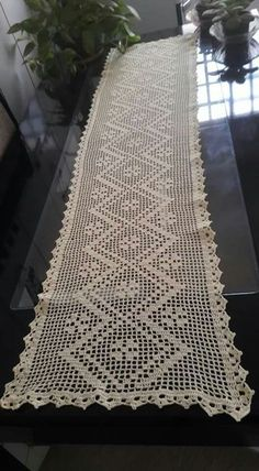 saindo do forno terminei agorinhaeu que fiz i didThis Pin was discovered by Kur Crochet Table Topper, Crochet Table Runner Pattern, Free Crochet Doily Patterns, Filet Crochet Charts, Crochet Tablecloth, Diy Crochet, Crochet Doilies, Fillet Crochet, Crochet Bookmarks