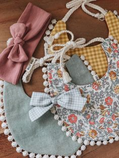 A variety of simple handmade baby bow clips and headbands to match your Billy Bibs gear. Boho Baby Clothes, Sewing Baby Clothes, Organic Baby Clothes, Baby Sewing, Well Dressed Kids, Billy Bibs, Baby Girl Accessories, Stylish Baby, Baby Bows