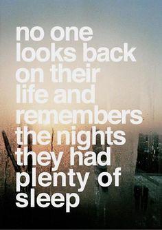 Ninguém olha para trás em sua vida e se lembra das noites que dormiu bastante.