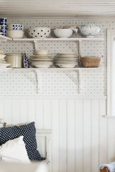 Lantlig charm hemma hos Amanda - Homespo - - Lantlig charm hemma hos Amanda - H. Swedish Kitchen, Sweden House, Kitchen Wallpaper, Chair Makeover, Beautiful Interior Design, House Smells, French Country House, Dining Table Chairs, Cottage Style