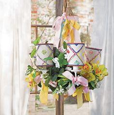 Este lustre, customizado por Isabelle Tuchband para a Brazão dos Lustres, é do tipo inglês. Para ficar ainda mais interessante, a artista plástica enroscou flores à peça – inclusive orquídeas