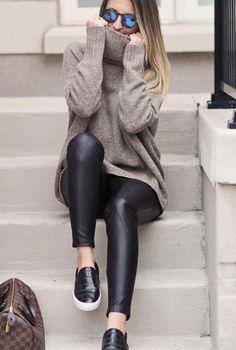 Conjunto jersey gris cuello alto y pantalones negros de cuero #conjuntomoda #modafemenina #ropamujer #modainvierno #combinarropa