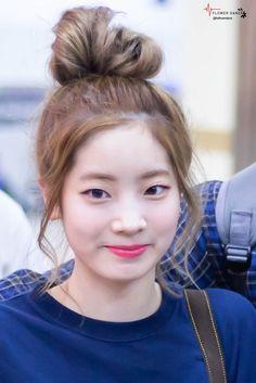 Dahyun-Twice 170825 Gimpo Airport from Japan Nayeon, Kpop Girl Groups, Korean Girl Groups, Kpop Girls, Daehyun, K Pop, Mbti Type, Rapper, Twice Group