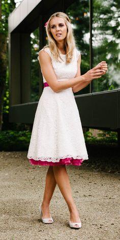 Unser kurzes Petticoat Brautkleid Lucy ist wunderbar dehnbar und so auch in Konfektionsgröße 52 angenehm zu tragen! Außerdem freut sie sich auch in größerer Größe über Farbe bei den Brautaccessoires.