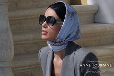 French silk scarves by ANNE TOURAINE Paris™: Nautical blue scarf as a Kelly mini headscarf How to wear square silk scarves like a French woman? Enjoy ANNE TOURAINE Paris™ inspirational styling tips, all based on its collection of French silk scarves. Grace Kelly, Womens Fashion Online, Latest Fashion For Women, Mode Turban, Hair Scarf Styles, French Silk, Bandana Hairstyles, Trendy Swimwear, How To Wear Scarves
