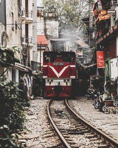 La rue du train à Hanoi, Vietnam. So Vietnam travel pour des voyages sur mesure, hors de sentiers battus. Consultez nous directement pour un devis et bénéficiez de 10% de réduction pour votre voyage en août ou septembre.