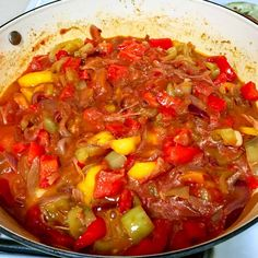 Lecsó- Hungarian Pepper-Tomato Stew is a dish very similar to the Italian peperonata. The star of the recipe is the red sweet pepper. Hungarian Cuisine, European Cuisine, Hungarian Food, Veggie Recipes, Dinner Recipes, Healthy Recipes, Holiday Recipes, Veggie Food, Hungary