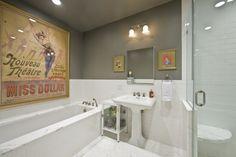 salle de bain rétro décorée avec des affiches vintage
